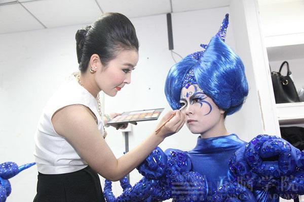 首脑学院老师为模特化妆
