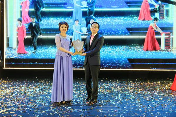 美容总经理何哲翔先生荣获突出贡献奖
