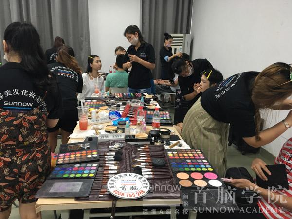 首脑学院师生受邀为深圳信息学院毕业秀化妆造型