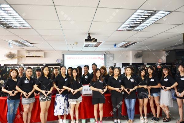 首脑学院南山校区举办募捐仪式 为环卫工人献爱心