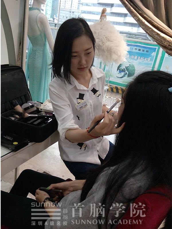 黄元君正在给顾客做化妆造型