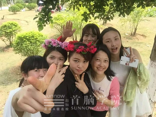 首脑学院宝安校区美容毕业学员陆瑶与同学的合影