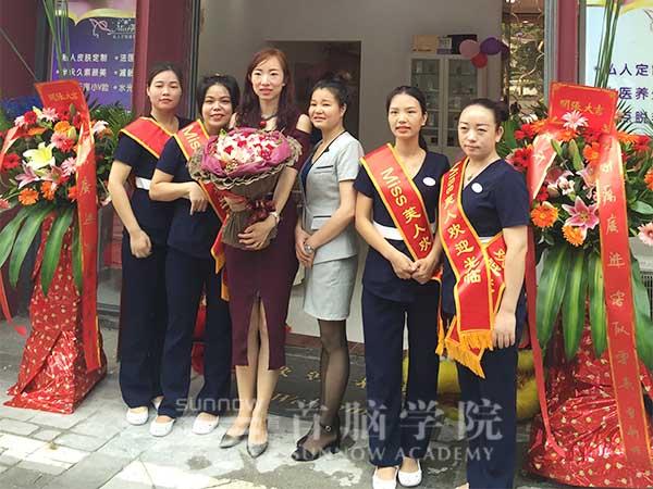 首脑美容毕业学员刘畅组建的美容团队