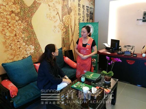 王琦老师与在养生馆内工作的老学员交流