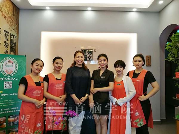 首脑宝安校区王琦老师、杨金燕老师与老学员合影